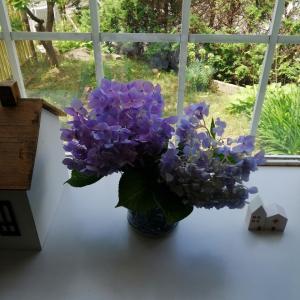家に花を飾る。