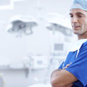 医師や医学生、医療従事者はスクラブの下に何を着てるの?