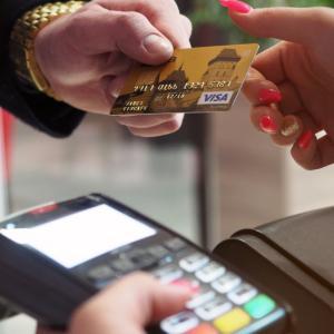 「年1回の利用で年会費無料」のクレジットカードで、一番お得に利用実績を作る方法は?