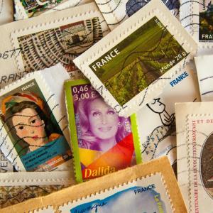 郵便局でEMSを切手でお支払い!キャッシュレス決済と切手は合算可能