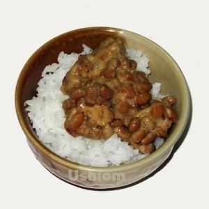 タイのスーパーに並ぶ納豆は誰が食べるのか