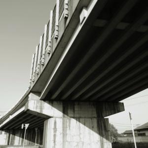 陸橋は下からご覧ください
