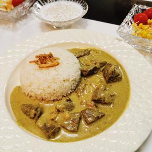 ココナッツミルクたっぷりの、風味豊かなインドネシアカレー