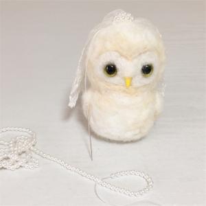 羊毛フェルトで新婦フクロウさんを作っています