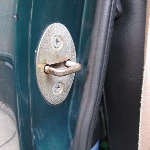 ドアストライカープレート交換
