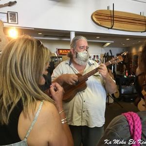 ハワイ島フォト日記 ダウンタウンのウクレレショップは大盛況!