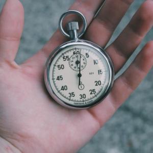 経営者の視点で考える 時間をかけて資格を取るか、お金を払ってサービスを受けるか