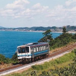 日本海をバックに走る普通列車