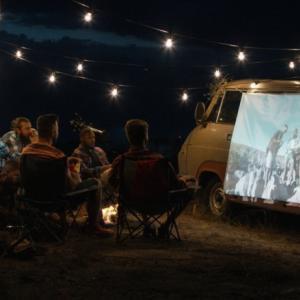 キャンプや車中泊におすすめのプロジェクター6選!適したスクリーンも紹介!アウトドアシアターで映画を楽しむ方法や注意点も解説
