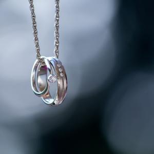 婚約指輪は愛の証です。二人の心をつなぐ永遠のリングなのです!
