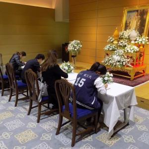 プミポン国王死去 在京タイ王国大使館での記帳
