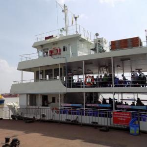 ヤンゴン川をフェリーで渡り対岸のダラ地区へ