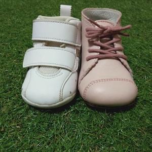 ファーストシューズ 革靴とスニーカー徹底比較