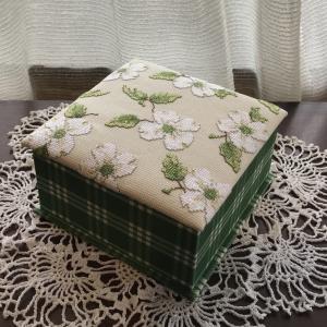 ハナミズキ刺繍の箱