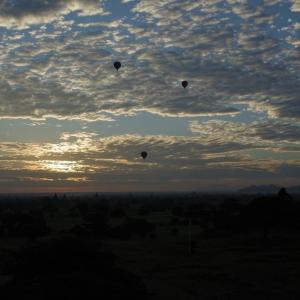 タイ、ミャンマー旅行 DAY7*バガン 朝日を見るため、またパゴダ(仏塔)にのぼる 気球に乗りたい