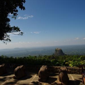 タイ、ミャンマー旅行 DAY7*ポッパ山① リゾートホテルから山頂に輝く寺院をみた(タナカはつけてません)