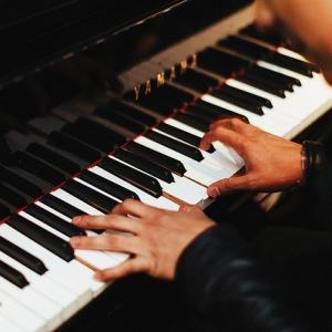 <マッコイ・タイナー、ピアノの鍵盤をたたく、あの美しく、力強いタッチをもう聴けないのか>