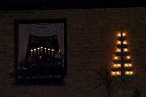 道ゆく人の明かりのために窓辺に照明があるって素敵。クリスマスバージョン山形ライト。
