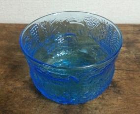 青いガラスの器
