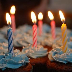人生の節目を祝う イギリスの誕生日パーティー