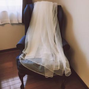 ema、カーテンを縫う。