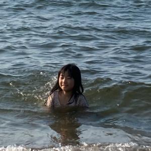 希ちゃん、海に入る