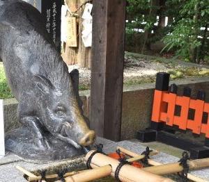 足腰の神様 京都 護王神社はイノシシで一杯