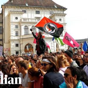世界各地でロックダウン抗議デモ。黒服集団、アンティファの影も。
