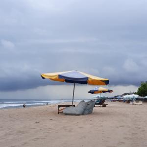 チャングー方面から雨雲が迫ってくる~。今日はレギャンでサーフィン