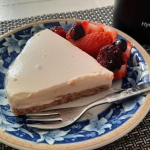 今日の手作りスイーツはレアチーズケーキとシュークリーム