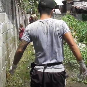 フィリピンダバオの貧困集落(スラム街)での食料配給を終えて