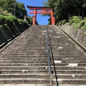 くだり参道、石段と神社