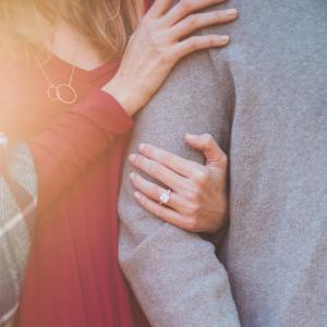 女子に抱きつかれ、別の男子に抱きついてるシーンを目撃した男が語るあだち充は恋愛カンフル剤作成者説。