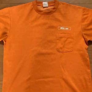 オレンジ色のTシャツ