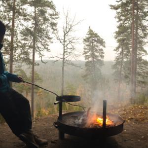 フィンランドの森の中で焚き火を使ってソーセージ焼いてきた[アウトドア]