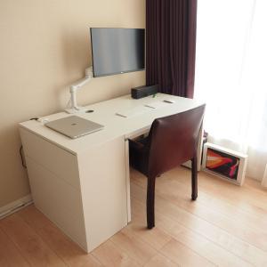 テレワーク仕様のパソコンスペース。IKEAのチェストを繋げてデスクを拡張する。