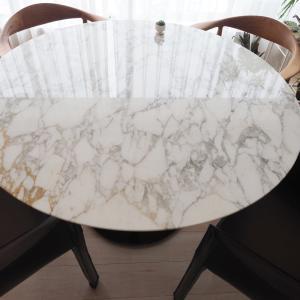 新しいダイニングテーブル。木製から大理石に変えました。