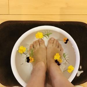 ローズマリーとお花の足湯で、冷えとむくみケア