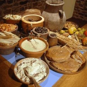 紀元前ローマ人は半分寝そべって食事していた。