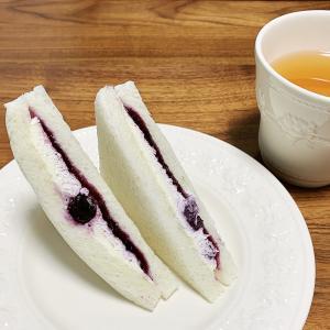 【セブン】ブルーベリー&クリームチーズサンドが甘酸っぱくて美味しい!2種のチーズを使ったホイップ入り!【食レポ】