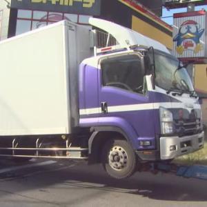 ドンキの駐車場から勢いよく出てきた車カスのDQNトラックが自転車をはね重体。一時停止義務は?
