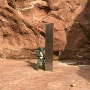 米砂漠で謎の「モノリス」発見される 正体めぐり奇説飛び交う