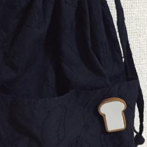 パンの刺繍の手さげにパンのブローチ