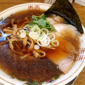 モチモチ平麺に煮干し味の「背油煮干中華そば」が絶妙