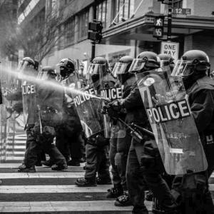 警察官が黒人を射殺する問題について