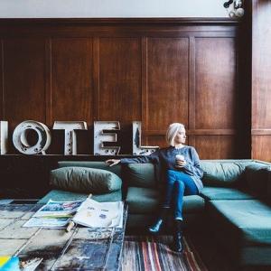アラフィフ、シングル。実家や旅先のホテルで感じる心地よさの正体は?