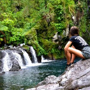 美しい川の流れ、リラックス効果のある音楽を聴きながら、心を落ち着かせる下さい