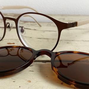 この夏はサングラスとメガネの「2wayメガネ(zoff)」で太陽に挑む。