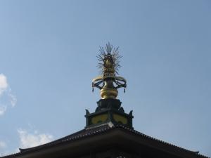 お寺の屋根に乗っているもの・・・(汗)