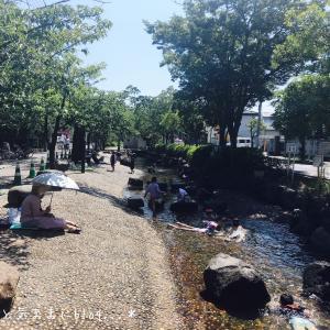 親水公園のじゃぶじゃぶ池で子どもを遊ばせて。